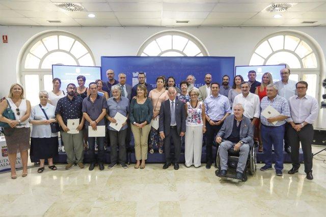 Foto de familia de las 22 entidades sociales que han recibido subvenciones.