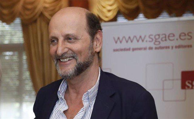 El presidente de la SGAE, José Miguel Fernández Sastrón, entrega la llave simból