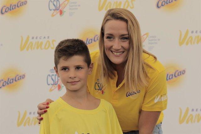La nadadora Mireia Belmonte entrega la Beca Vamos-ColaCao