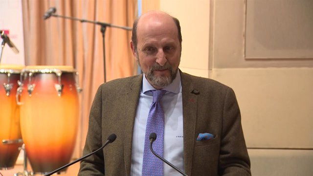Fernández Sastrón en la presentación del cantante Descemer Bueno