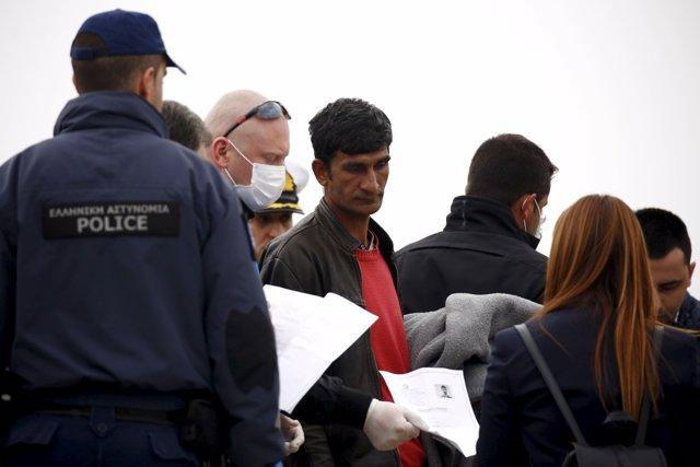 Un agente de FRONTEX con inmigrantes ilegales