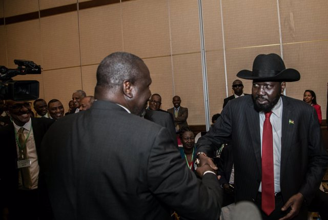 Salva Kiir y Riek Machar se saludan en Adís Abeba