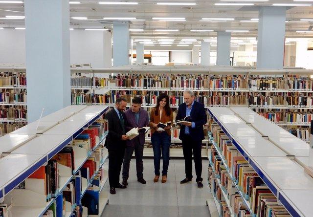 Miriam Guardiola con conejal Rafael Gómez en Biblioteca Regional