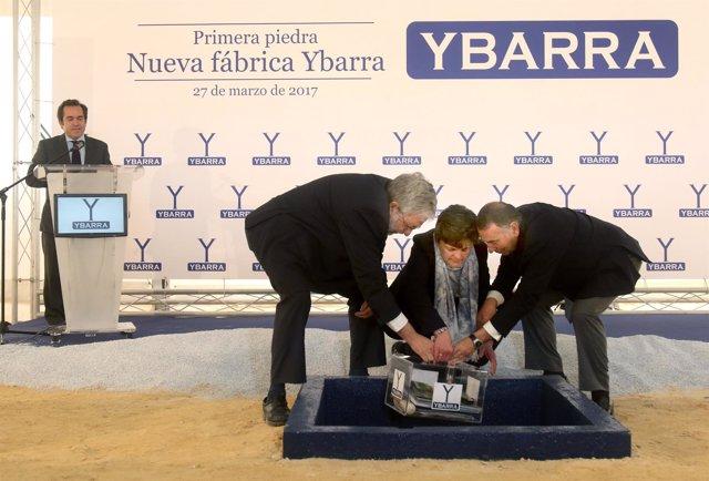 COLACACIÓN DE LA PRIMERA PIEDRA DE LA NUEVA FACTORÍA DE YBARRA.  FOTO/M.GONZÁLEZ