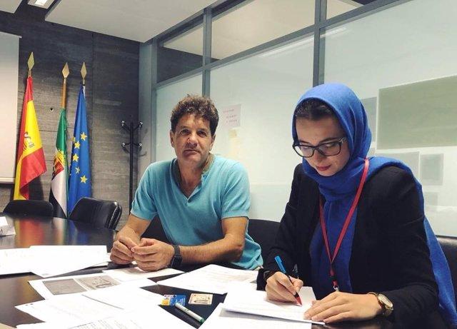 Una de las profesoras de enseñanza religiosa islámica firma el contrato