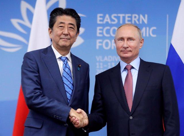 Putin y Abe se estrechan la mano durante una reunión en Vladivostok (Rusia)