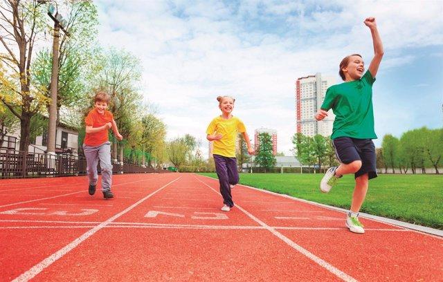 Niños corriendo. Maratón de niños. Menores haciendo ejercicio, deporte.