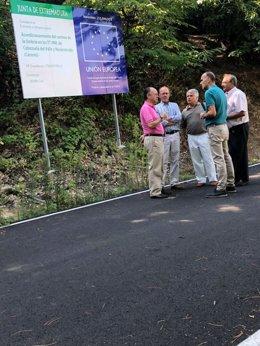 Autoridades durante una visita a obras de caminos en Valle del Jerte