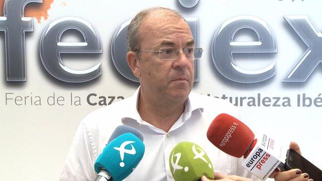 Monago atiende a los medios de comunicación en Feciex