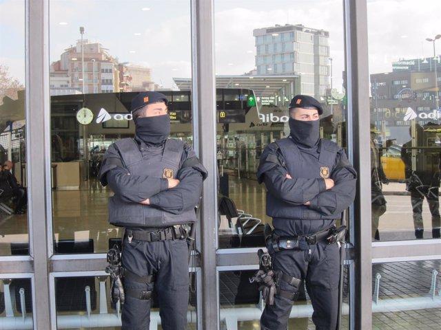 Agentes de los Mossos en la estación de Sants.