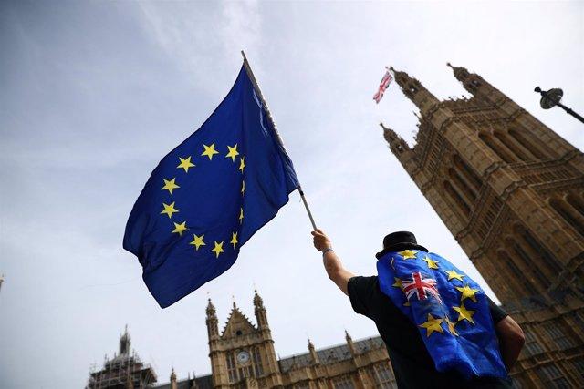 Bandera de la UE frente al Parlamento británico