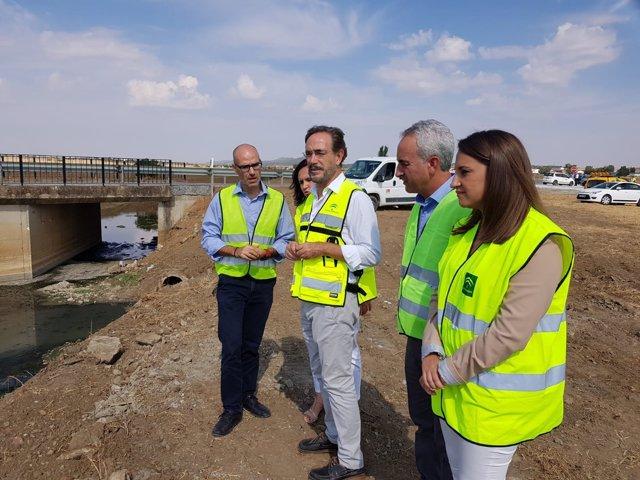 López (centro) en la visita a las obras concluidas en La Granjuela