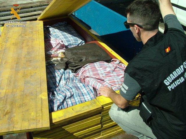 Detenido por transportar 380 kilos de hachís ocultos.