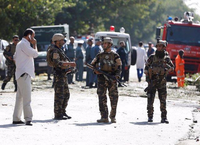 Agentes de Policía tras un atentado suicida con coche bomba en Kabul, Afganistán