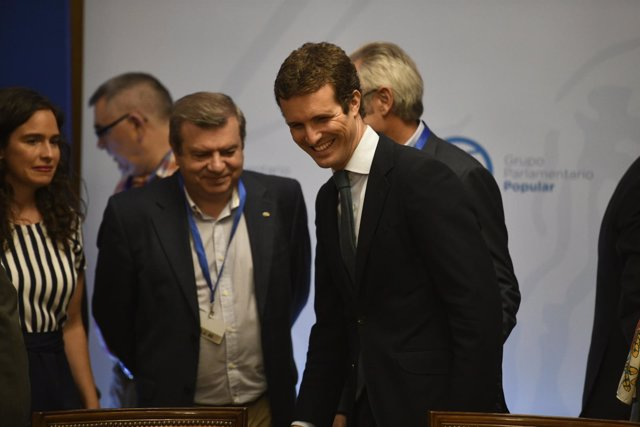 El presidente del PP, Pablo Casado, se reúne con representantes de la enseñanza