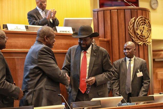 Firma del acuerdo de paz entre Riek Machar y Salva Kiir