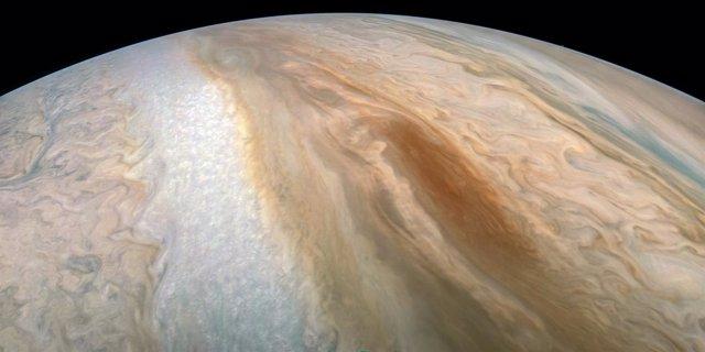 Barcaza marrón en Júpiter