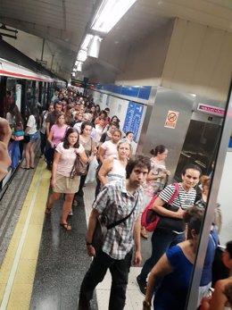 Aglomeraciones de personas en los andenes del Metro de Madrid