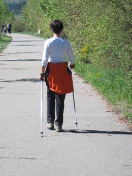 Práctica del Nordic Walking en el sendero del Gállego en Biescas