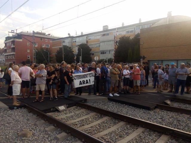 Más de un centenar de vecinos de Montcada i Reixac cortan las vías del tren