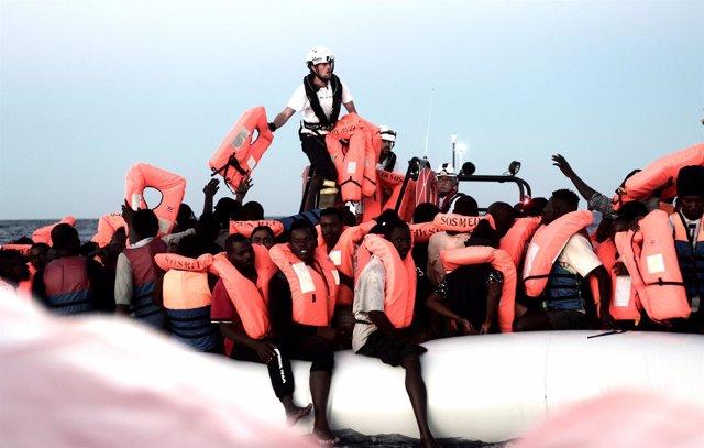 Migrantes rescatados por el 'Aquarius' en el Mediterráneo