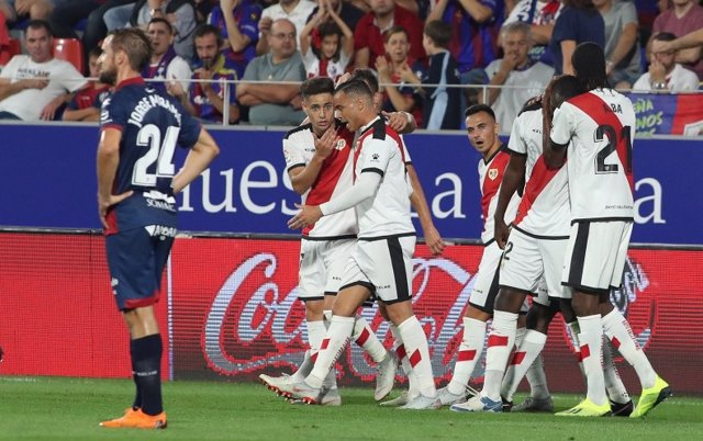 El Rayo celebra su victoria en Huesca