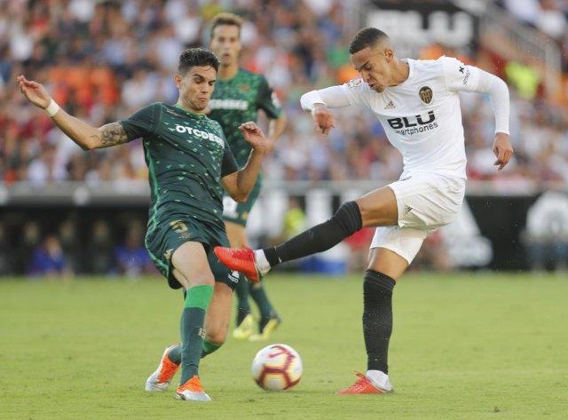 Marc Bartra y Rodrigo pelean en un Valencia - Betis