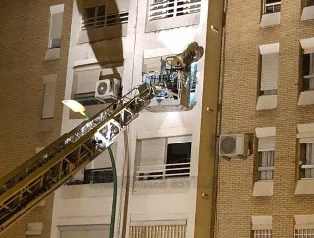 Actuación de bomberos por un incendio en una vivienda de Sevilla