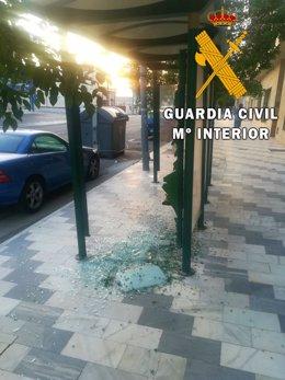Daños en una parada de autobús de Olula del Río (Almería)