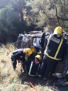 Bomberos rescatan a un conductor tras un accidente de tráfico.