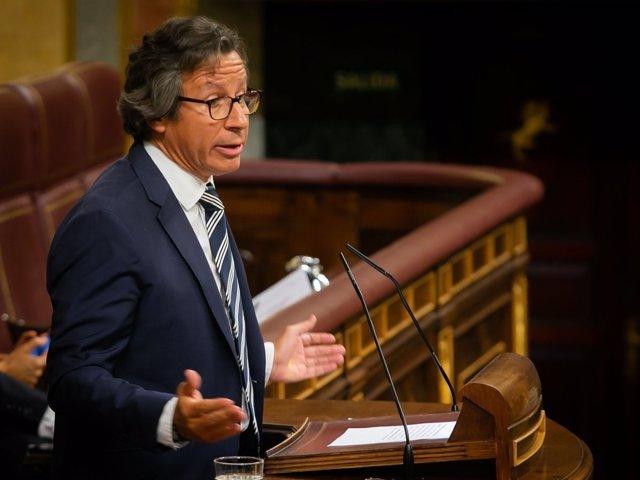 El diputado del PP Carlos Floriano interviene ante la tribuna del Congreso