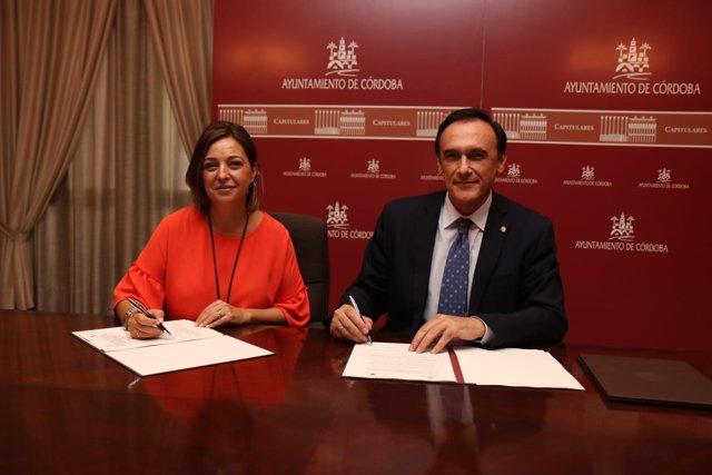 La alcaldesa, Isabel Ambrosio, y el rector de la UCO, José Carlos Gómez