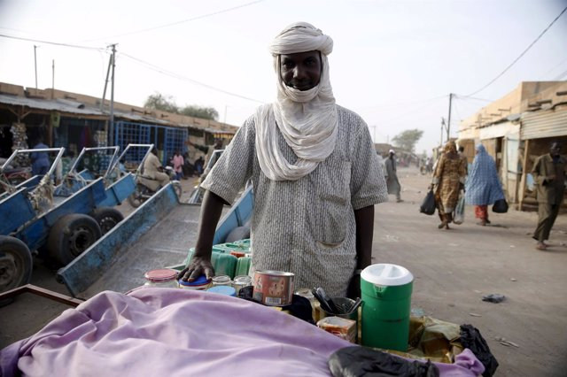 Un vendedor en un mercado de Agadez (Níger)