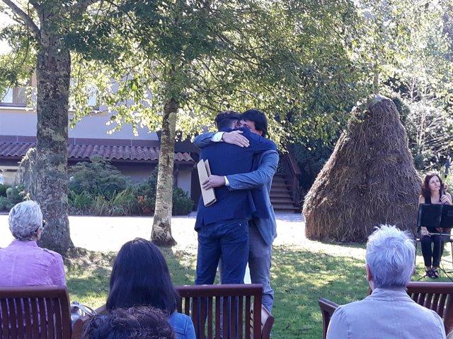 El hijo del policía Antonio Cedillo se abraza con Julen Mendoza (EHBildu)