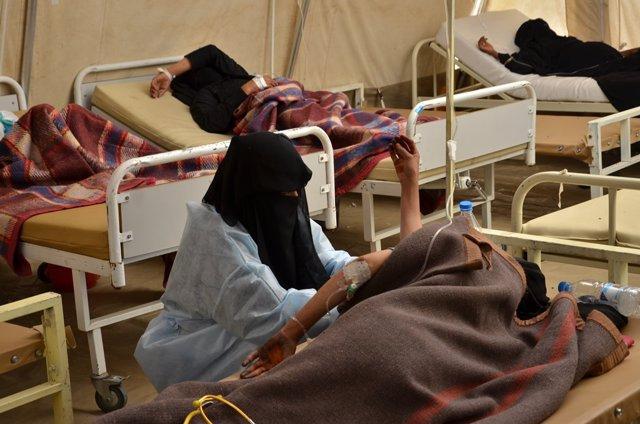 Una enfermera de MSFrealiza pruebas a una mujer con cólera