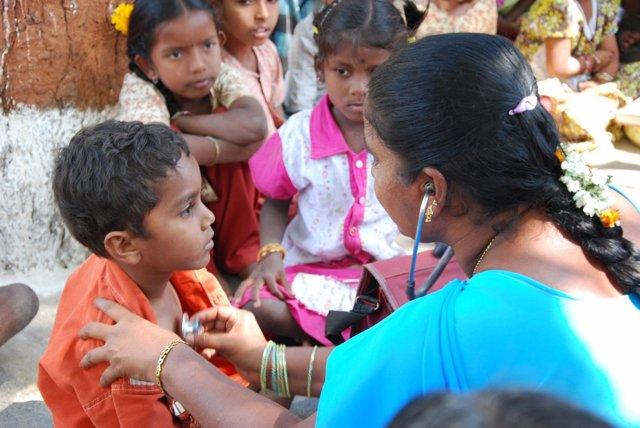 Una pediatra atiende a niños en India