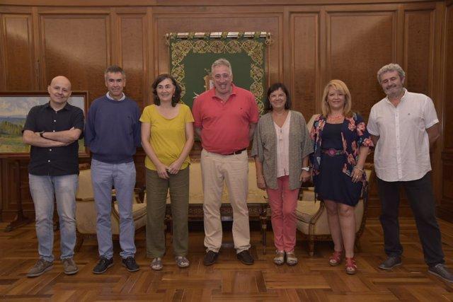 El alcalde de Pamplona, Joseba Asiron, firma convenio con coordinadora de ONGD.