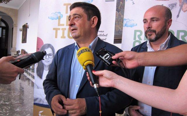 Francisco Reyes atiende a los periodistas.