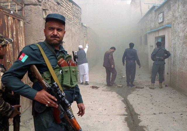 Un policía afgano tras un atentado en Herat