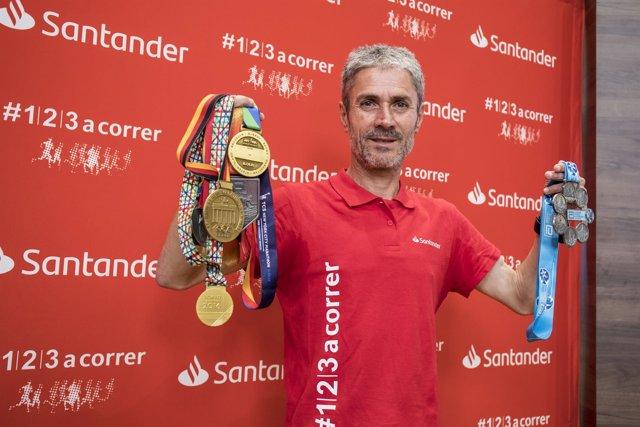 Martín Fiz posa con las medallas de los triunfos en los 6 Majors