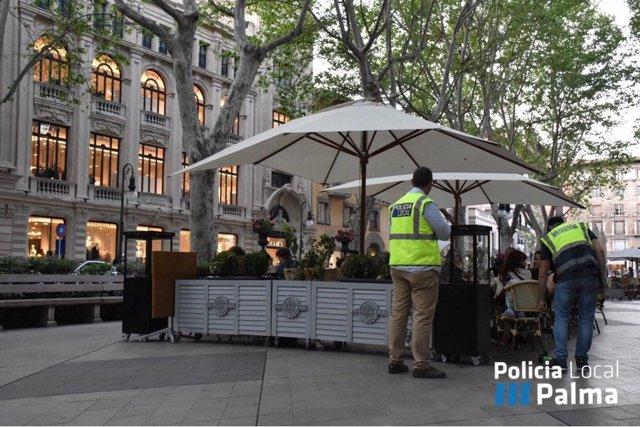 La Policía Local inspecciona una terraza en Palma
