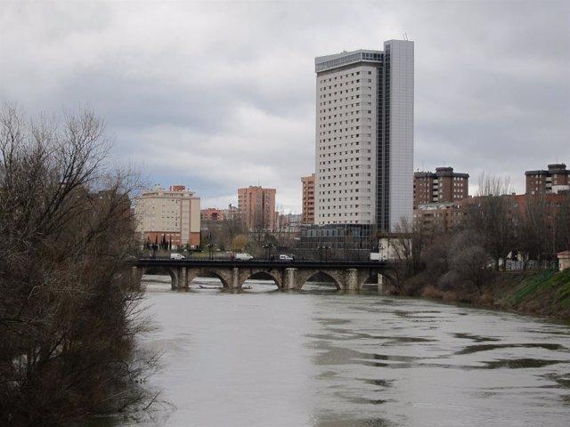 El río Pisuerga, el Puente Mayor y el edificio Duque de Lerma al fondo