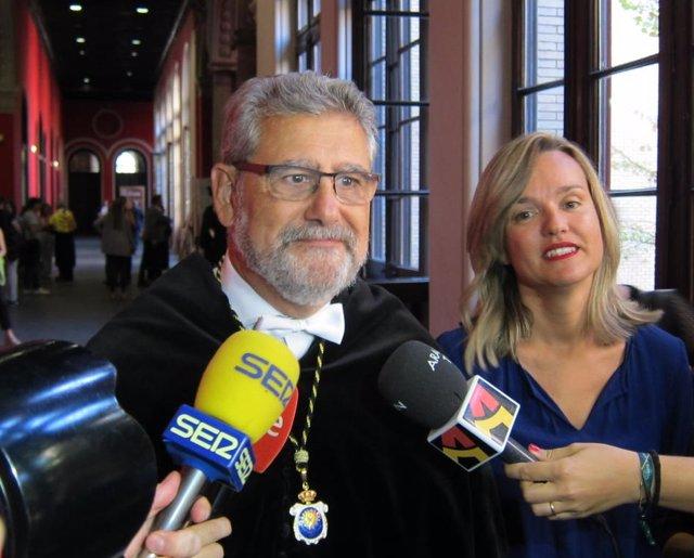 El rector José Antonio Mayoral y la consejera Pilar Alegría