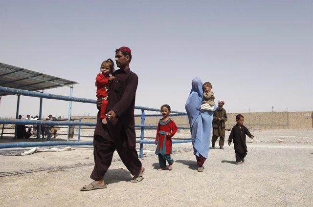 Una familia de refugiados afganos en Pakistán regresa a Afganistán