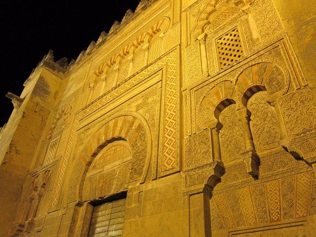Imagen nocturna de la fachada Este de la Mezquita de Córdoba