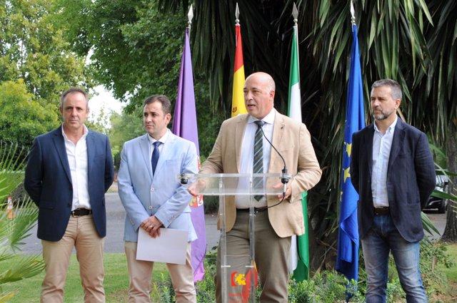 Ruiz, entre Sánchez (dcha.) y López, durante la inauguración del curso