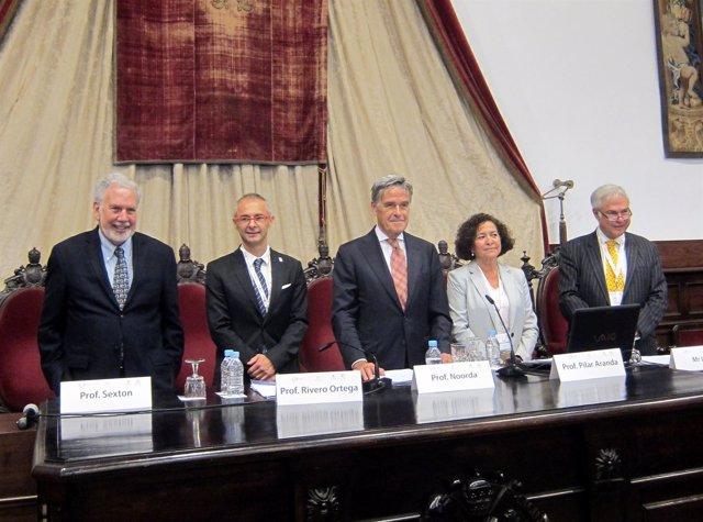 Pilar Aranda, segunda por la derecha, en la inaguración.