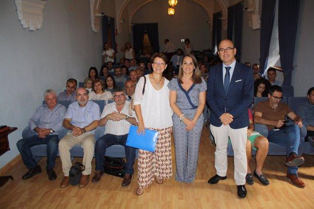 Ruiz (centro) y Carmona durante el encuentro con los ayuntamientos