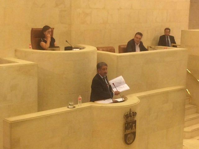 Miguel Ángel Revilla exhibe el informe definitivo de Intervención sobre SCS