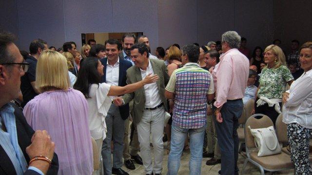 Juanma Moreno con Adolfo Molina y José María Bellido saludan a la gente